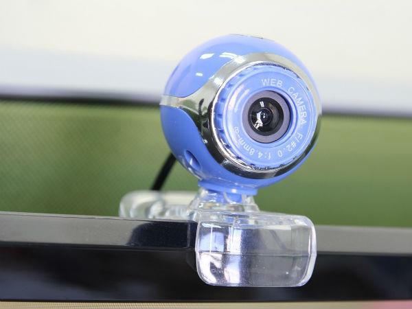Зачем заклеивают камеру на ноутбуке