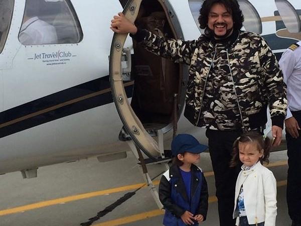 Пугачева и Киркоров с детьми прилетели на «Новую волну» в Сочи