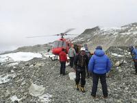 BBC: заблокированных на Эвересте альпинистов эвакуировали вертолетами