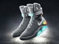Nike подарила Майклу Джей Фоксу самозашнуровывающиеся кроссовки